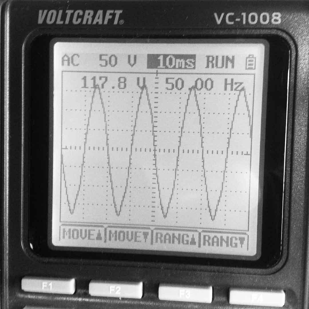 NAD Verstärker mit falsch gedrehtem Stecker. ca. 118 Volt Massestörung.